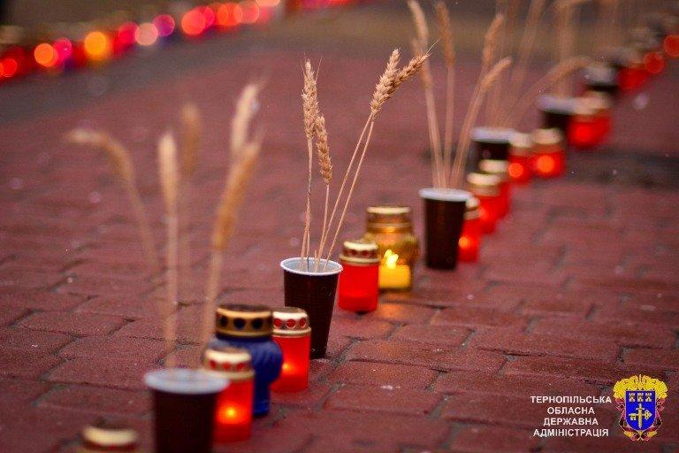У Тернополі із свічок виклали вогненний хрест у пам'ять жертв Голодоморів, фото-3