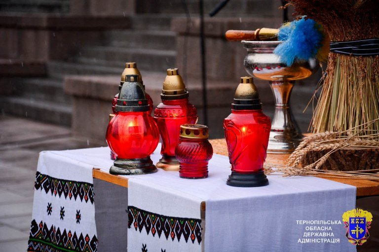 У Тернополі із свічок виклали вогненний хрест у пам'ять жертв Голодоморів, фото-2