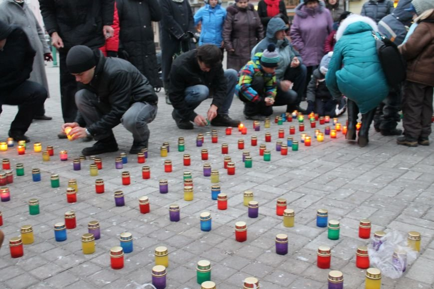 Сумчане выложили крест из свечей, и прошлись маршем в память жертв Голодомора (ФОТО), фото-2