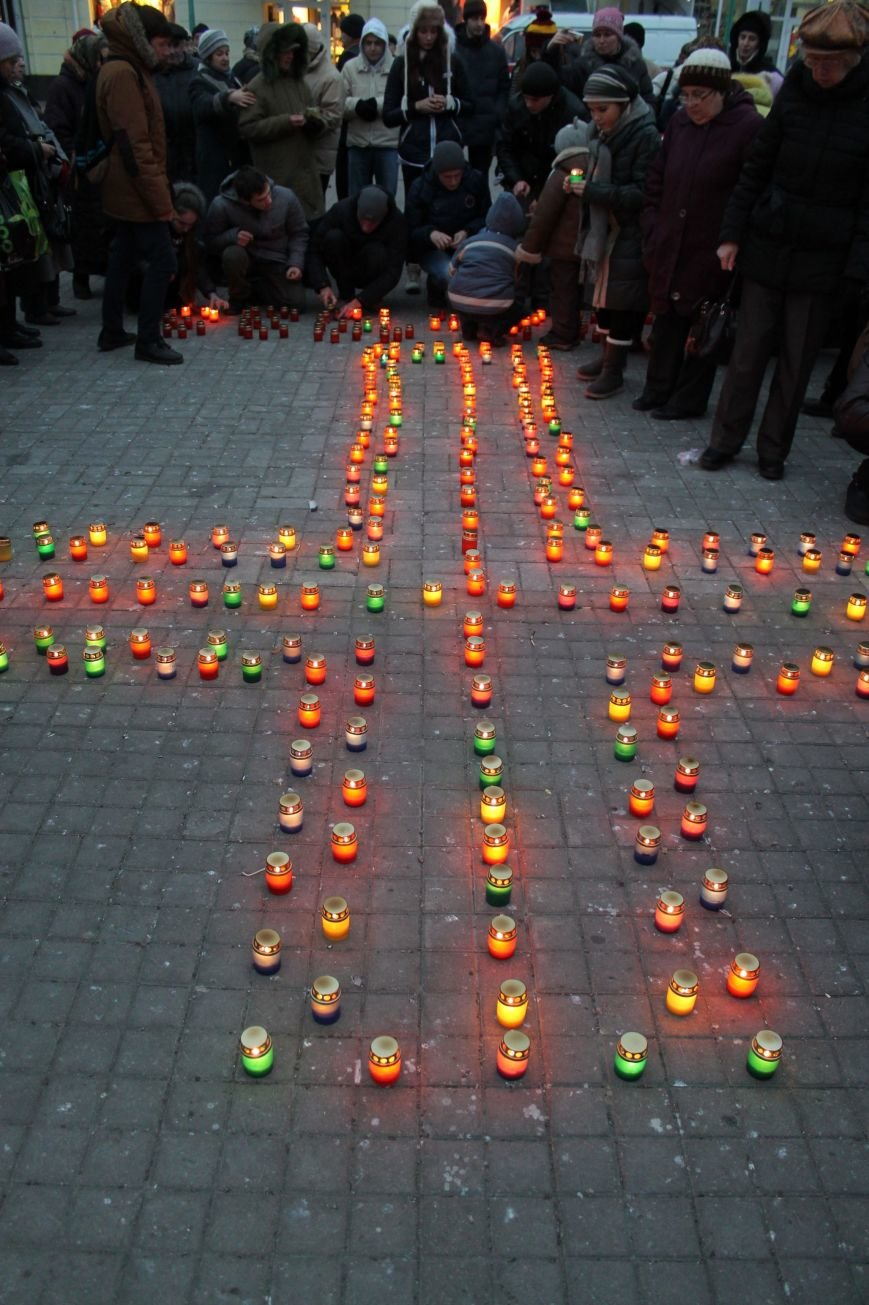 Сумчане выложили крест из свечей, и прошлись маршем в память жертв Голодомора (ФОТО), фото-5