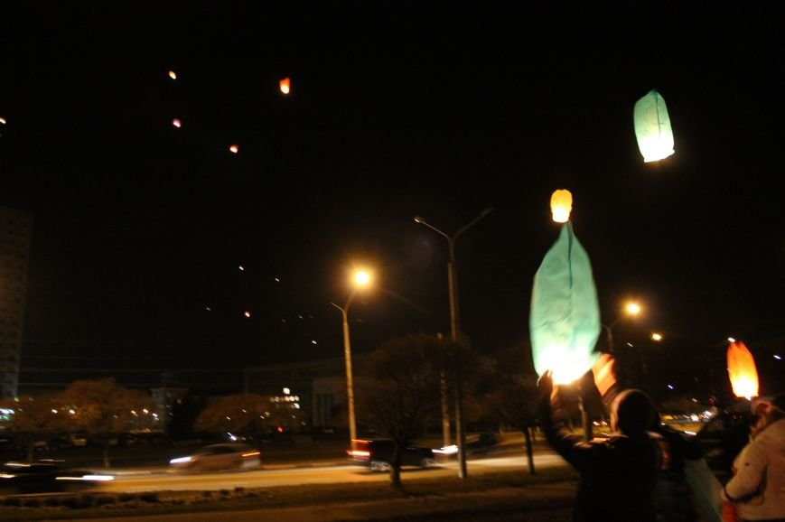 В Сумах  в честь Небесной Сотни запустили 100 фонариков (ФОТО+ВИДЕО), фото-7