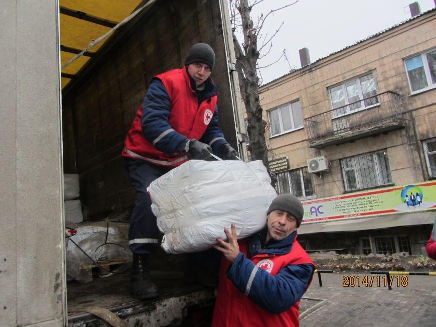 Переселенцам в Красноармейске и районе уже оказана помощь от Красного Креста на 600 тысяч гривен. Одежду передали из Финляндии бесплатно, фото-2