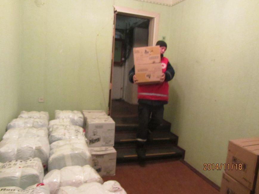 Переселенцам в Красноармейске и районе уже оказана помощь от Красного Креста на 600 тысяч гривен. Одежду передали из Финляндии бесплатно, фото-1