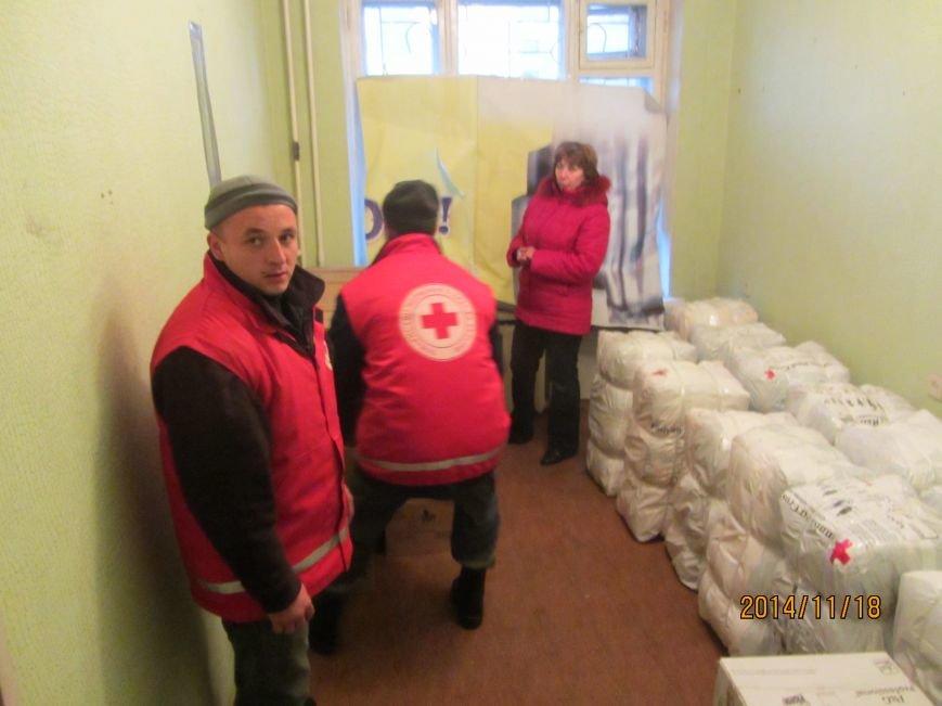 Переселенцам в Красноармейске и районе уже оказана помощь от Красного Креста на 600 тысяч гривен. Одежду передали из Финляндии бесплатно, фото-3