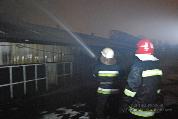 У Тернополі виникла пожежа в оптовій торговельній базі (фото, відео), фото-2