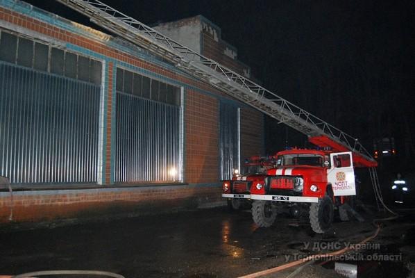 У Тернополі виникла пожежа в оптовій торговельній базі (фото, відео), фото-3