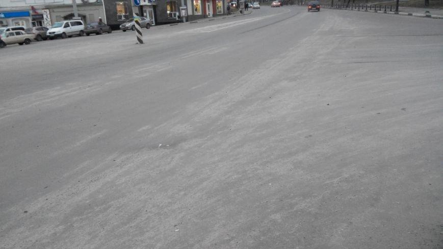 В Сумах «Дорремстрой» посыпает дороги, когда  еще гололеда нет, фото-1