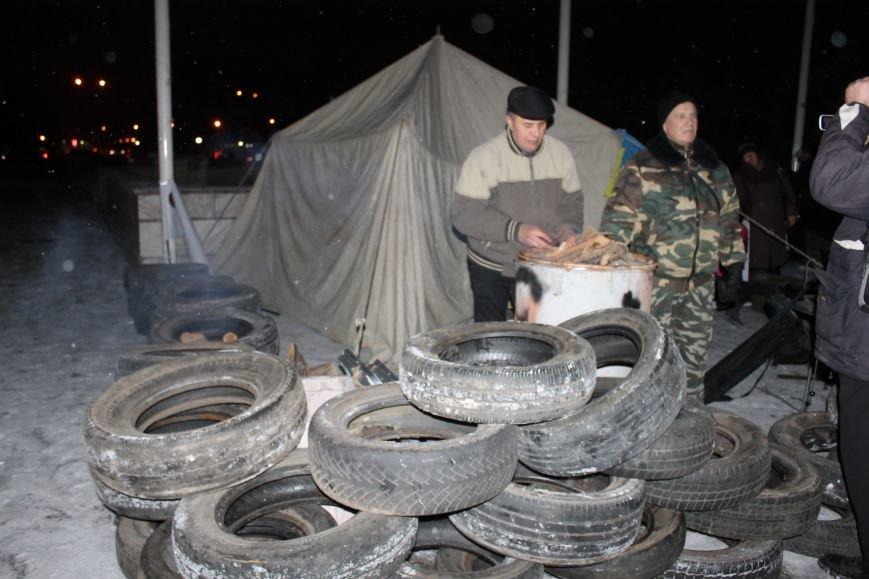 В Кривом Роге под горисполкомом установлена палатка и подготовлены шины (ФОТО), фото-4