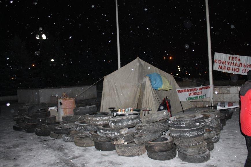 В Кривом Роге под горисполкомом установлена палатка и подготовлены шины (ФОТО), фото-2