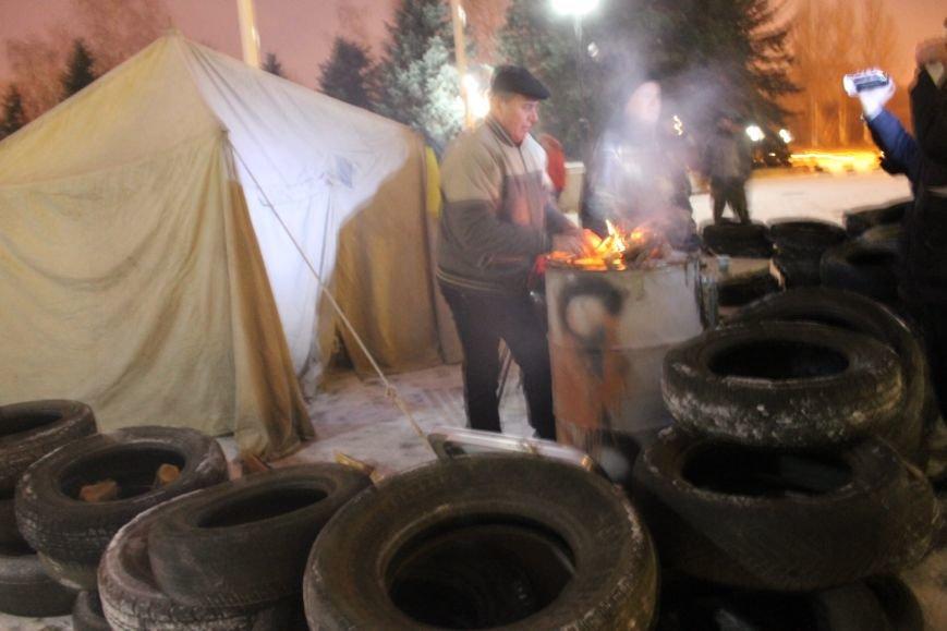 В Кривом Роге под горисполкомом установлена палатка и подготовлены шины (ФОТО), фото-5
