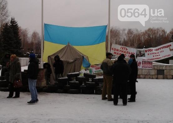 В Кривом Роге продолжается акция протеста против антинародных действий чиновников, возбуждено уголовное дело против активистов (фото) - фото 1
