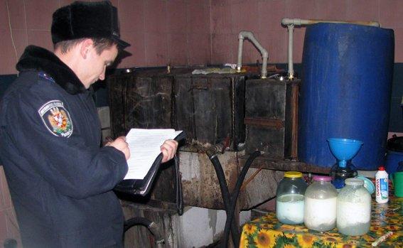 На Житомирщині самогонщика піймали у його ж підпільному горілчаному цеху (фото) - фото 1