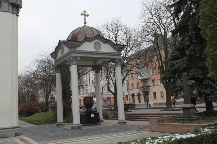 У Тернополі невідомі з бювету біля Катедри вкрали 2 металевих крани (фото) (фото) - фото 1