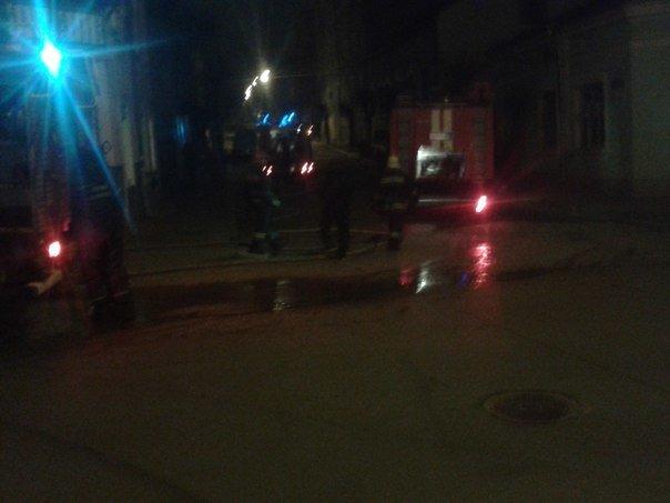 У Чернівцях горів будинок на перехресті вул. Л. Кобилиці і Ольжича. Врятовано 5 людей (фото) - фото 1