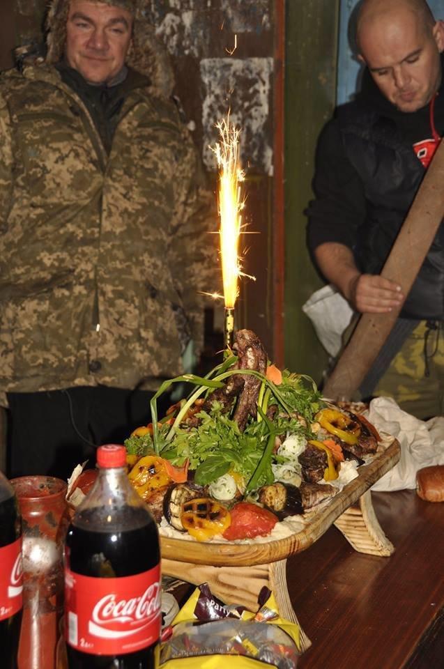 В Мариуполе военных на передовой накормили необычным блюдом (ФОТО), фото-3