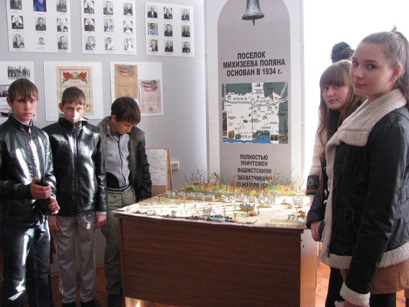 Школьники из хутора Сладкого приняли участие в митинге на Михизеевой поляне (фото) - фото 1