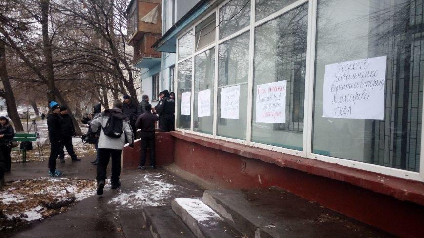 ФОТОФАКТ: В Запорожье «украсили» Орджоникидзевский суд протестными плакатами (фото) - фото 1
