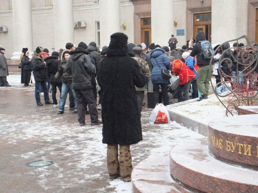 Возле горсовета в Кировограде кормят бездомных (фото) (фото) - фото 1