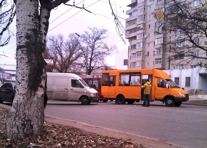 В Сумах  на Металлургов очередная авария с маршруткой (ФОТО) (фото) - фото 1