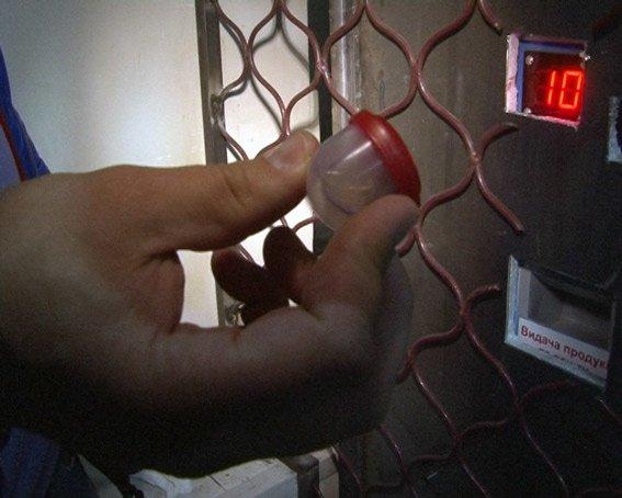 В Харькове автомат по выдаче бахил выдавал химические наркотики (фото) (фото) - фото 1