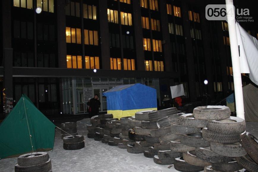 В Кривом Роге: пытались убить активиста, троллейбус врезался в иномарки, а Майдан расширяется (фото) - фото 3