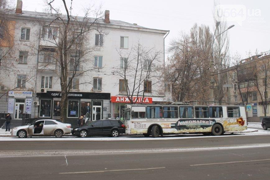 В Кривом Роге: пытались убить активиста, троллейбус врезался в иномарки, а Майдан расширяется (фото) - фото 1