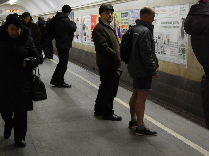 В киевском метро сегодня ездят в шортах (ФОТОфакт) (фото) - фото 1