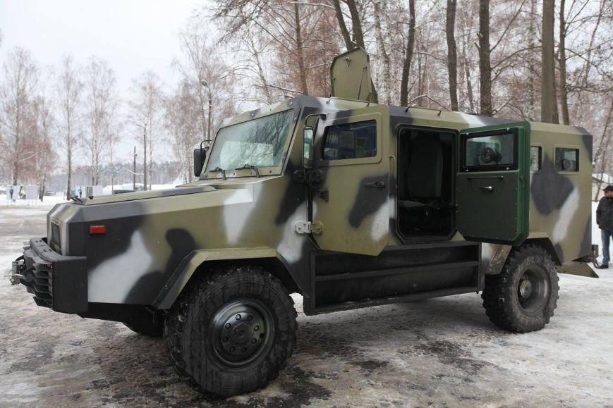 Харьковские ультрас пикетировали консульство России, а Аваков сообщил о новом украинском броневике, фото-5
