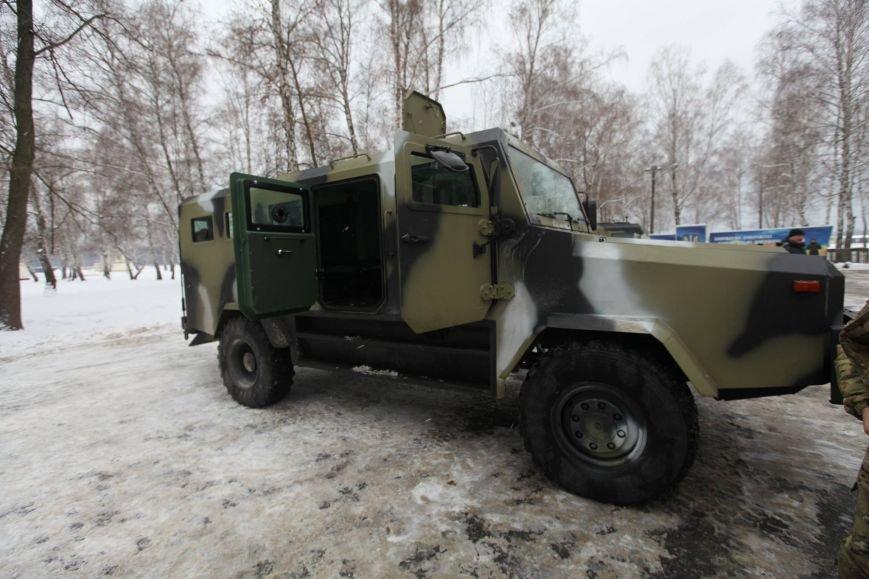 Харьковские ультрас пикетировали консульство России, а Аваков сообщил о новом украинском броневике, фото-4