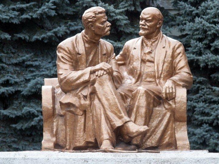 Пам'ятник Лєніна в компанії з письменником Максимом Горьким