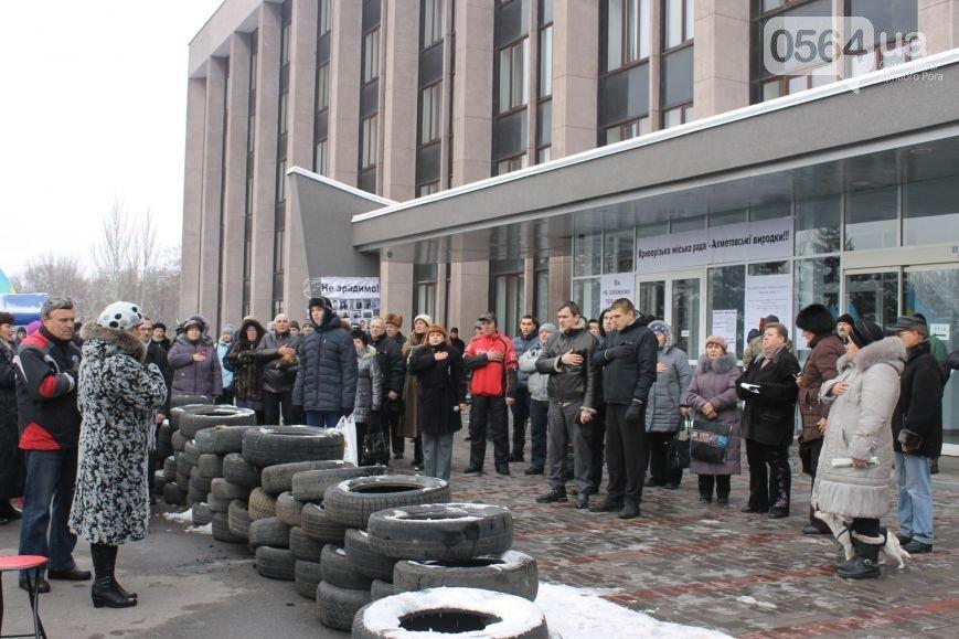 В Кривом Роге жители города продолжают акцию протеста, «черные металлисты» раскапывают трубы, а городские дороги  замело снегом (фото) - фото 2