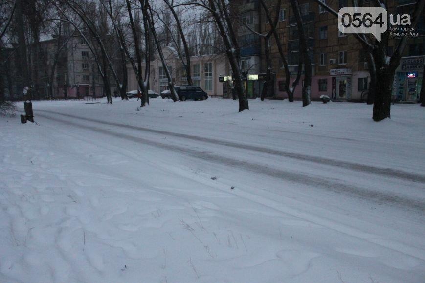 В Кривом Роге жители города продолжают акцию протеста, «черные металлисты» раскапывают трубы, а городские дороги  замело снегом (фото) - фото 5