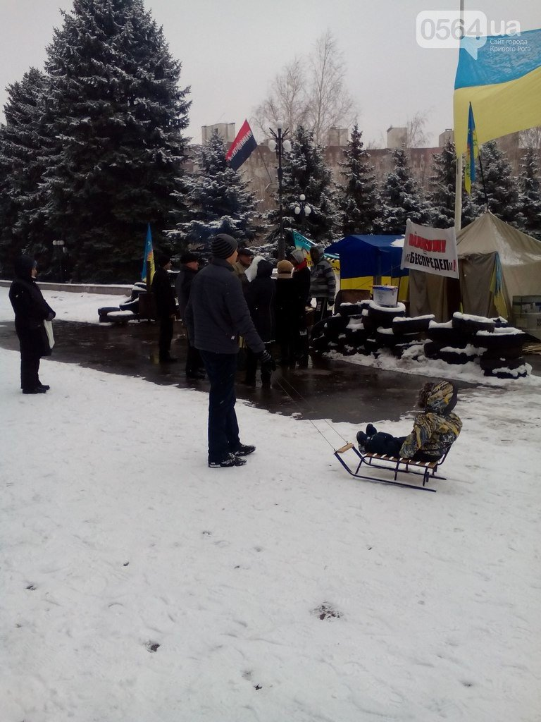 В Кривом Роге жители города продолжают акцию протеста, «черные металлисты» раскапывают трубы, а городские дороги  замело снегом (фото) - фото 1