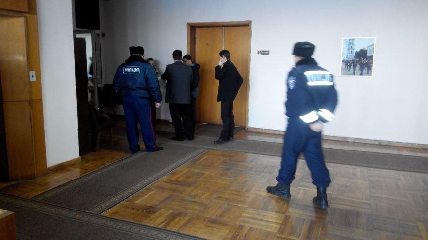 В Сумах  милиционеры охраняют заседание исполкома по маршруткам (фото) - фото 1