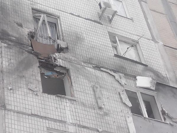 В Донецке в результате артобстрела ранены 14 человек и пострадали десятки домов (ФОТО, ВИДЕО) (фото) - фото 2