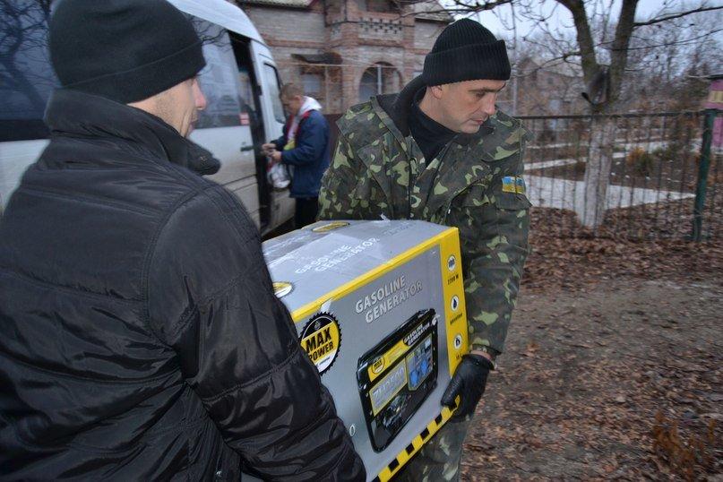 Криворожские волонтеры продолжают доставлять «гуманитарку» в самые опасные места (ФОТО) (фото) - фото 1