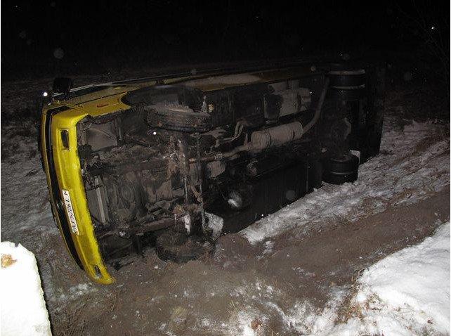В Киеве перевернулась маршрутка. Пострадали пятеро пассажиров (ФОТО) (фото) - фото 1