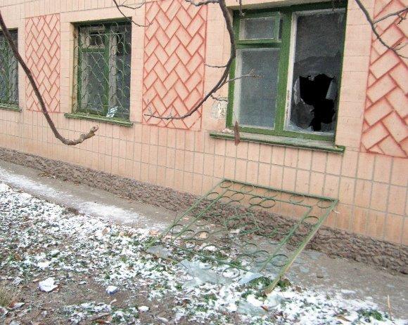 Неизвестный мужчина молотком разбил окна в Александрийской милиции (фото) - фото 1