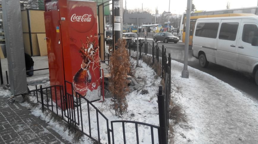 В Сумах возле универмага «Киева» МАФы ставят у самой дороги (фото) - фото 1