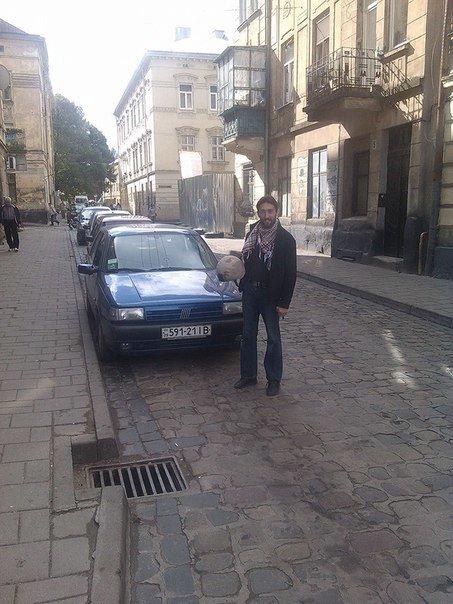 У центрі Львові пограбували волонтера: з його машини поцупили колеса (ФОТО) (фото) - фото 1