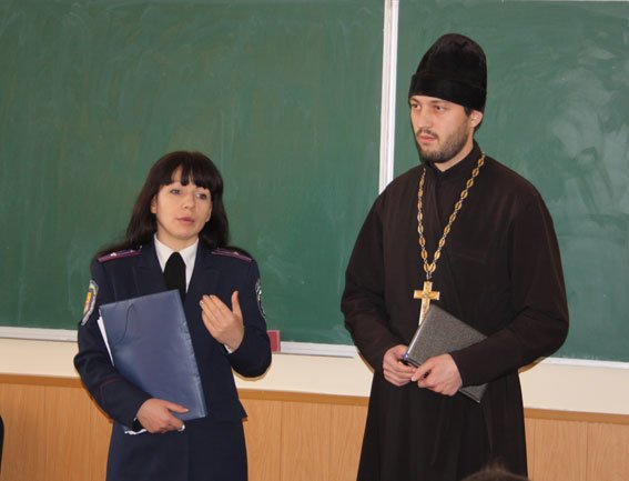 Кременчугские школьники поговорили с милицией и духовенством «по душам» (фото) - фото 1