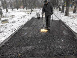 В Кривом Роге продолжают стелить асфальт поверх снега (ФОТО), фото-1