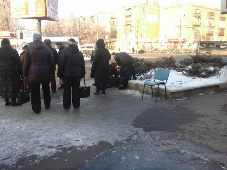 В центре Кривого Рога прохожие спасли жизнь женщине (ФОТОФАКТ), фото-1