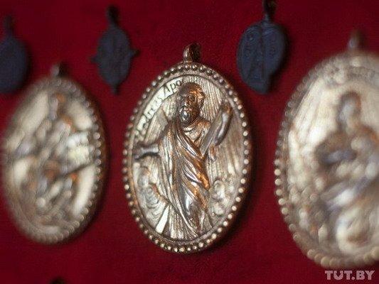 Под Гродно ксендз коллекционирует медальоны: «По медальонам можно определить популярность святых» (Фото), фото-9