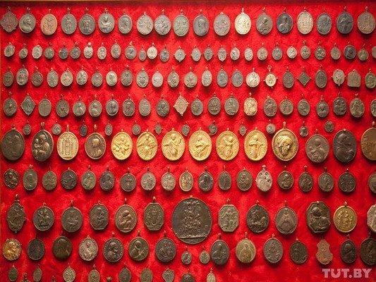 Под Гродно ксендз коллекционирует медальоны: «По медальонам можно определить популярность святых» (Фото), фото-8