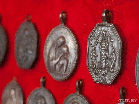 Под Гродно ксендз коллекционирует медальоны: «По медальонам можно определить популярность святых» (Фото), фото-11