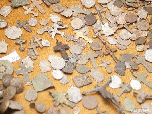 Под Гродно ксендз коллекционирует медальоны: «По медальонам можно определить популярность святых» (Фото), фото-1