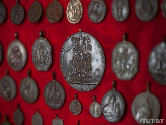 Под Гродно ксендз коллекционирует медальоны: «По медальонам можно определить популярность святых» (Фото), фото-10