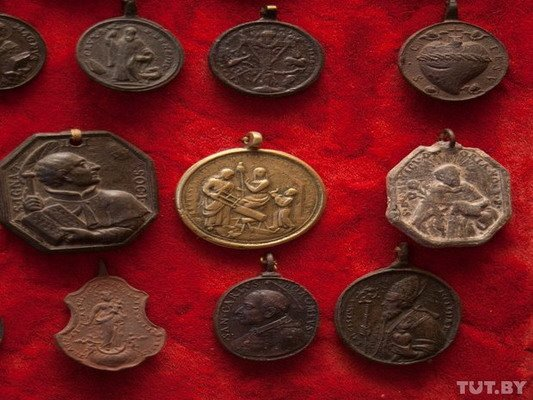 Под Гродно ксендз коллекционирует медальоны: «По медальонам можно определить популярность святых» (Фото), фото-13