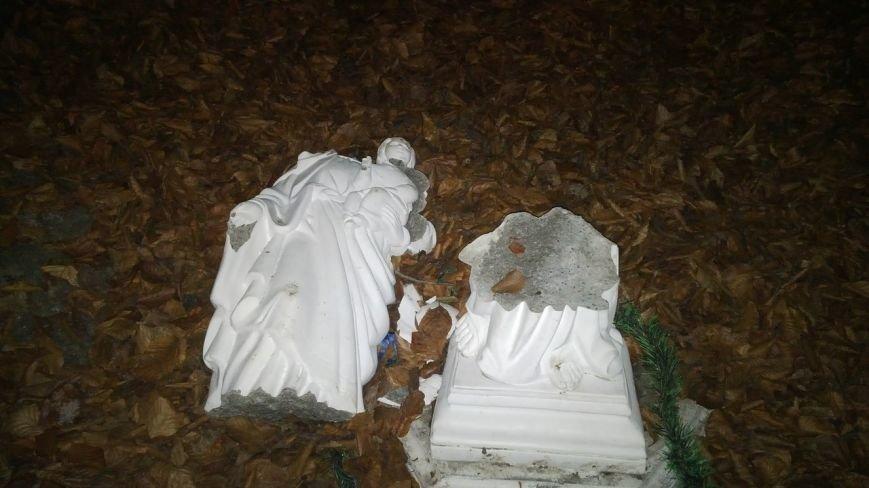 ФОТОФАКТ: у Львові невідомі зруйнували скульптуру Богородиці (фото) - фото 1